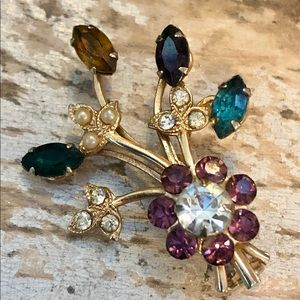 Absolutely lovely vintage flower brooch